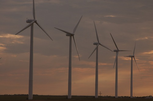 Wind_turbines_in_southern_Colorado.jpg