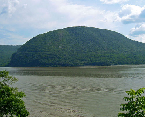 736px-Storm_King_from_across_Hudson_danielcasewikimedia.jpg